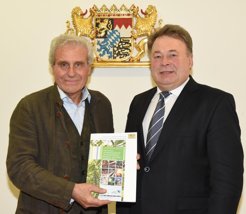 Staatsminister Helmut Brunner präsentiert die Clusterstudie 2015 mit dem Sprecher des Clusters Forst-Holz-Papier, Prof. Gerd Wegener.