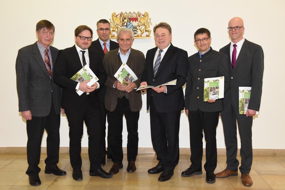 Forstminister Helmut Brunner mit den Bearbeitern der Studie