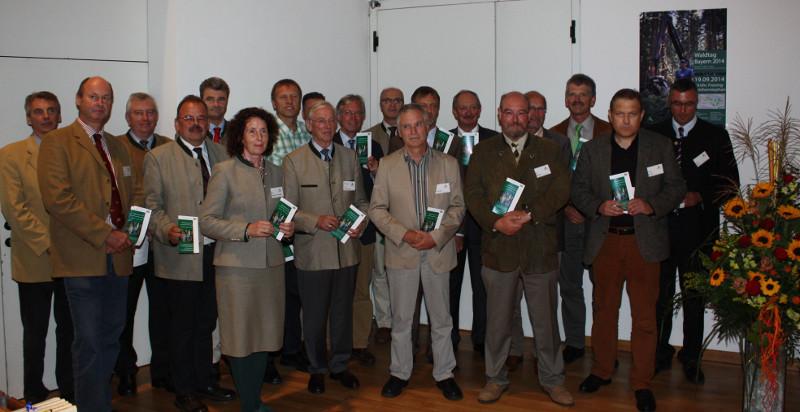 """Die Vertreter der Bayerischen Forstwirtschaft bei der Präsentation ihrer Botschaft am Waldtag Bayern 2014 (siehe """"Weitere Informationen""""). © Zentrum Wald-Forst-Holz Weihenstephan"""