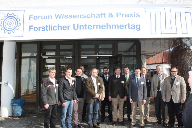 Referenten und Teilnehmer der Podiumsdiskussion am 20. Forstlichen Unternehmertag. Bild: ZWFH
