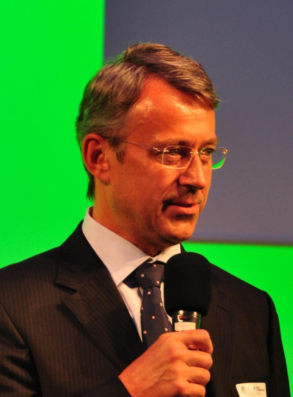 Prof. Dr. Hubert Röder moderierte die Diskussion (Foto: M.Kubatta-Große)