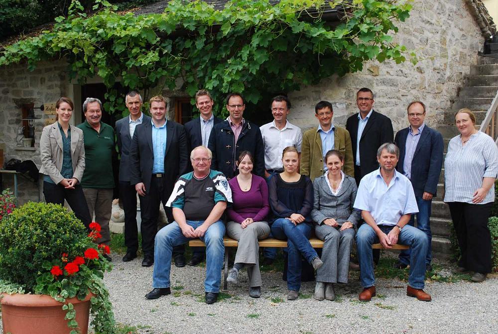 Die Vertreter der Regionalinitiativen Forst und Holz in Bayern trafen sich am 17. Juli zur mittlerweile 4. Klausurtagung in Walting/Altmühltal. Vernetzung, Wissensaustausch und Abstimmung gemeinsamer Aktivitäten sind die wesentlichen Ziele dieser Veranstaltung, der fachliche Schwerpunkt lag dieses Jahr im Bereich ProHolz Bayern und Forschung.